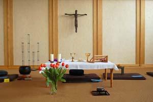 Altar für die tägliche Eucharistiefeier im Zendo