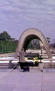 P. Lassalle vor dem Denkmal in Hiroshima